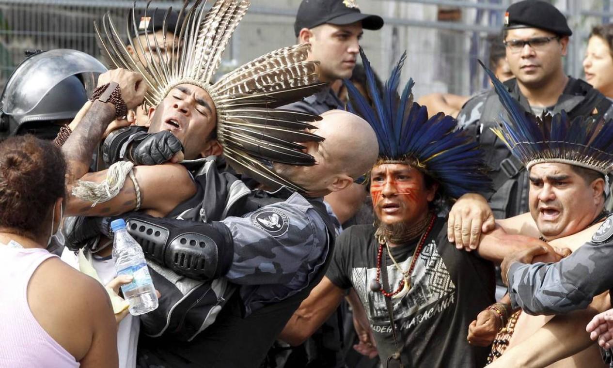 PM deteve cerca de 15 ativistas durante desocupação Foto: Pablo Jacob / Agência O Globo