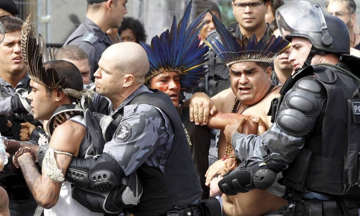Manifestantes ocupavam terreno do antigo Museu do Índio desde a madrugada de domingo Foto: Pablo Jacob / Agência O Globo