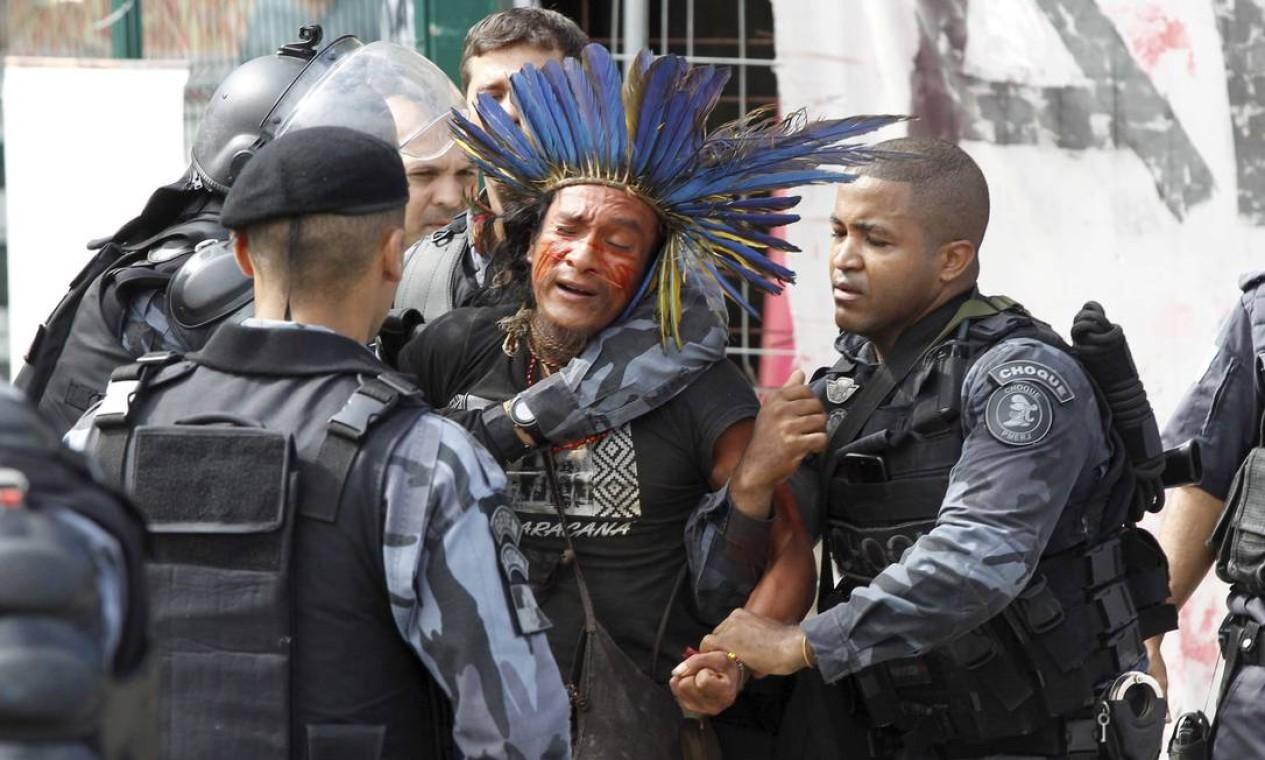 Manifestantes que resistiam à desocupação são detidos Foto: Pablo Jacob / Agência O Globo