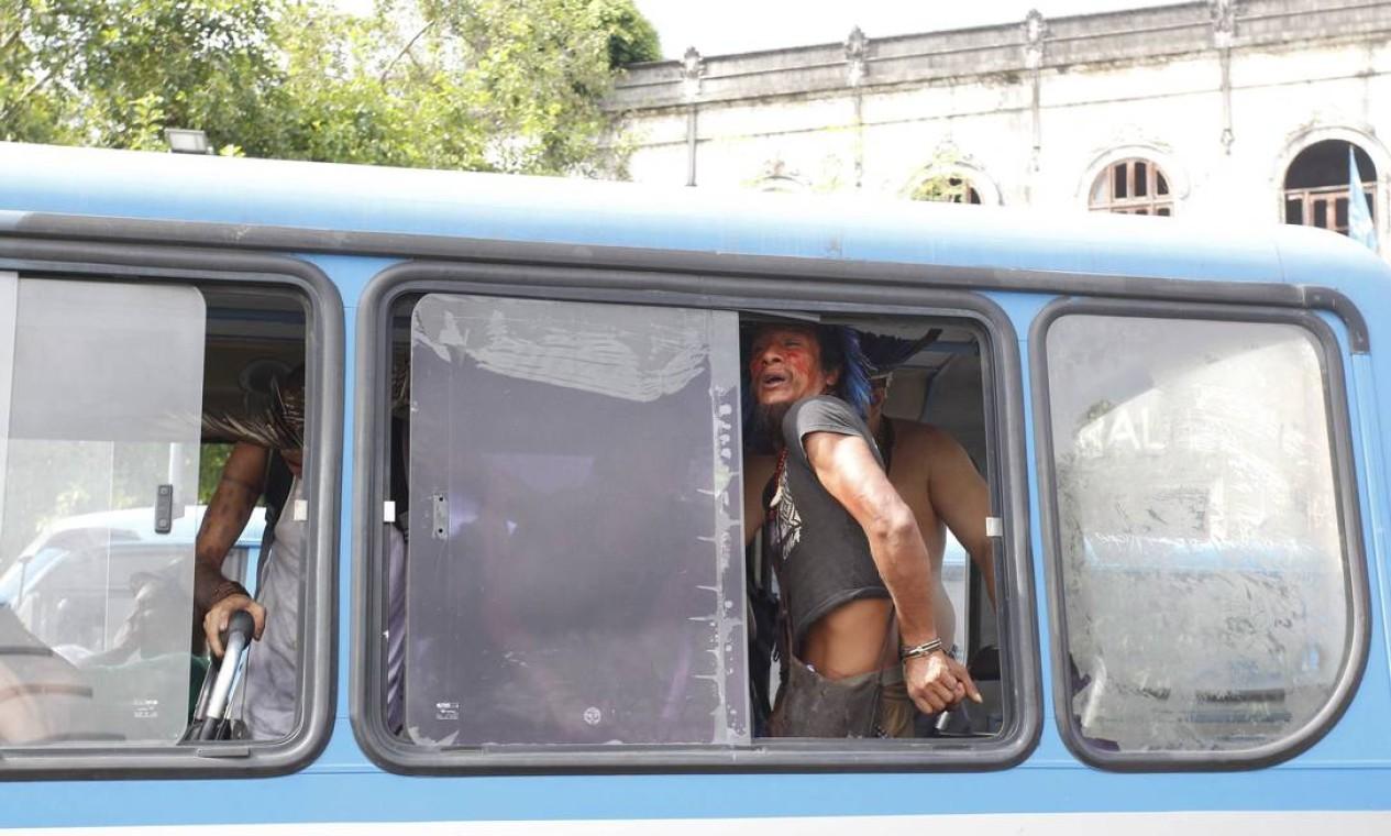 Manifestantes detidos são levados em ônibus da PM Foto: Pablo Jacob / Agência O Globo