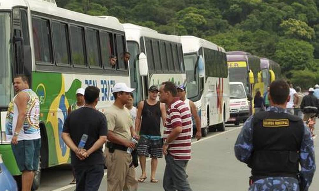 Ônibus parados em fiscalização: operação continuará durante todo o verão - Foto: Gabriel de Paiva / Agência O Globo