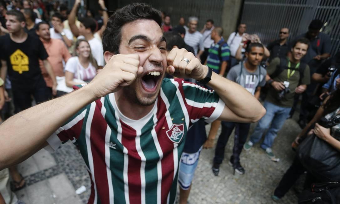Torcedor do Fluminense comemora a permanência na Série A Foto: Guito Moreto / Agência O Globo