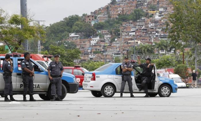 Policiais fazem cerco à Aldeia Maracanã Márcia Foletto / O Globo