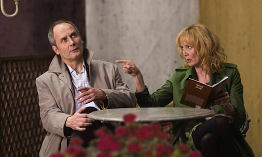 Hippolyte Girardot e Sabine Azéma em cena do filme 'Aimer, boire et chanter' Foto: Fcommefilm