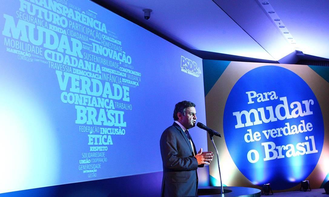 O senador Aécio Neves discursa durante o lançamento das diretrizes do programa de governo do PSDB Foto: André Coelho / O Globo