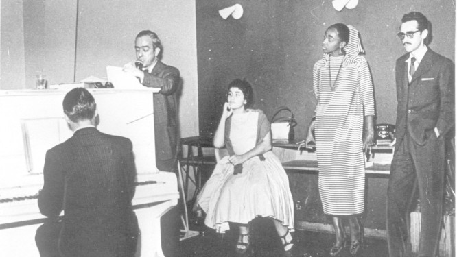 Vinicius de Moraes lê a peça 'Orfeu da Conceição' com Tom Jobin ao piano, em 1956 Foto: Arquivo