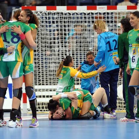 Jogadoras da seleção brasileira feminina de handebol se abraçam, em delírio, com a vitória apertada sobre a Hungria e a vaga na semifinal do Mundial na Sérvia Foto: ANDREJ ISAKOVIC / AFP