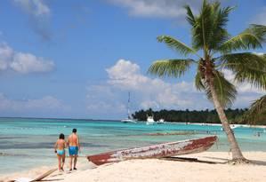 Casal caminha pela Ilha Saona, na República Dominicana Foto: Eduardo Maia / O Globo