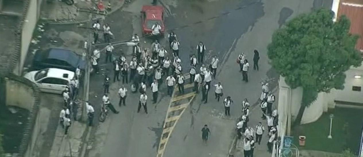 Funcionários da Viação Translitorânea durante protesto na porta da garagem da empresa na quinta-feira Foto: Reprodução TV Globo