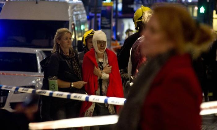 Mulher ferida é levada para ambulância após queda de teto de teatro em Londres Foto: Joel Ryan / AP
