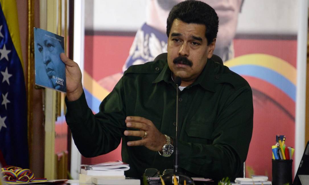 O presidente da Venezuela, Nicolas Maduro, na reunião com prefeitos e governadores que não integram o comando chavista no Palácio Miraflores Foto: LEO RAMIREZ / AFP