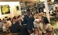 O chef Marcus Samuelsson conversa com clientes no Red Rooster