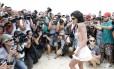Jovem participa de toplessaço na Praia de Ipanema e é cercada por fotógrafos e curiosos