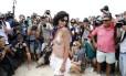 Fotógrafos e curiosos cercam manifestante que participa de toplessaço em Ipanema