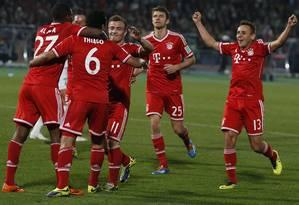 Jogadores do Bayern festejam gol de Thiago Alcântara (6), o segundo na vitória por 2 a 0 sobre o Raja Casablanca na decisão do Mundial de Clubes, no Marrocos Foto: YOUSSEF BOUDLAL / REUTERS