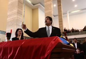 Maduro levanta réplica da espada de Simón Bolívar durante funeral de Chávez Foto: AFP