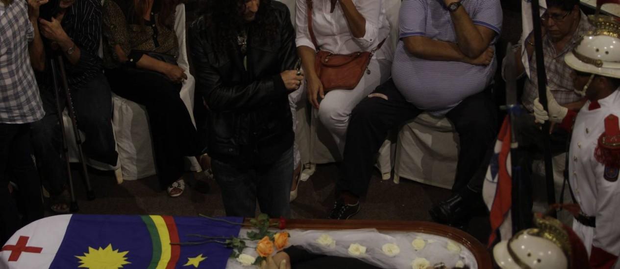 Fãs e familiares despedem-se do cantor, no Recife Foto: Foto: Ricardo B. Labastier/JC Imagem