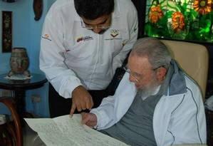 Em imagem divulgada pelo site estatal 'Cubadebate', Nicolás Maduro conversa com Fidel Castro em Havana Foto: Estudios Revolucion / AP