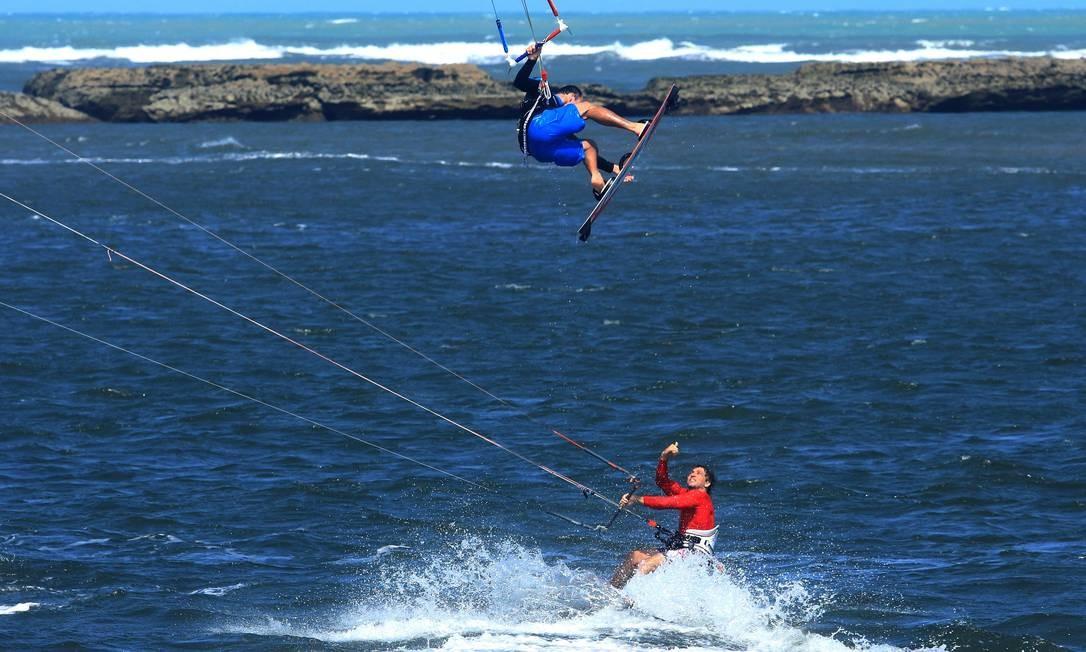 Atletas praticam kitesurf na Praia do Forte, em Natal. Local tem ventos ideiai para o esporte Foto: Rogério Vital / Divulgação