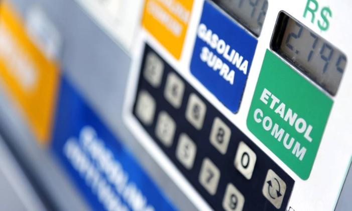 Boa parte dos economistas acredita em novo reajuste dos combustíveis no ano que vem Foto: Fabio Rossi / Agência O Globo