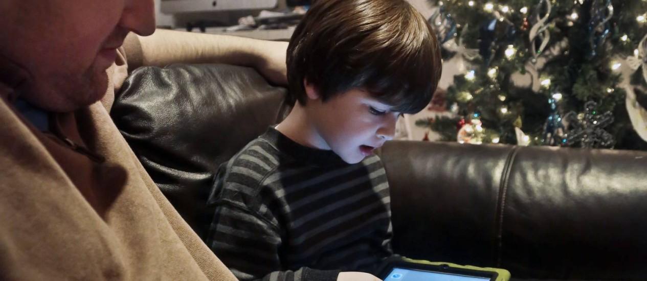 Adam Cohen observa seu filho Marc, de 5 anos, usando um tablet: benefícios são questionados por médicos Foto: / Foto Bebeto Matthews/AP