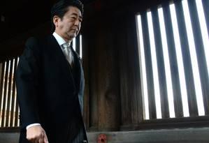 O primeiro-ministro do Japão, Shinzo Abe, visita o santuário de guerra Yasunuki, em Tóquio Foto: TORU YAMANAKA / AFP
