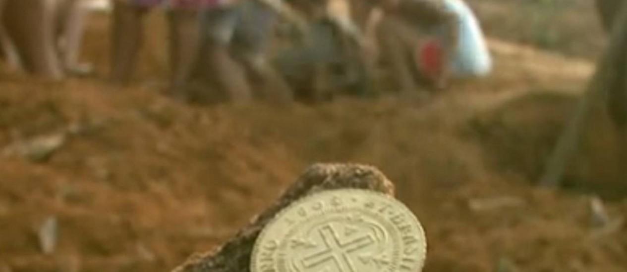 Crianças, adultos e idosos escavam em busca das moedas Foto: Reprodução / Globonews