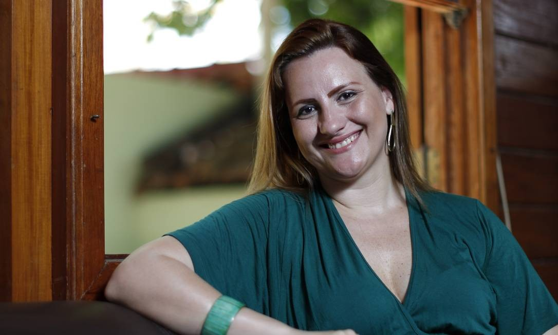 Orgulhosa. Lycia Barros apresenta o livro vencedor, seu primeiro romance Foto: Paula Giolito / Paula Giolito