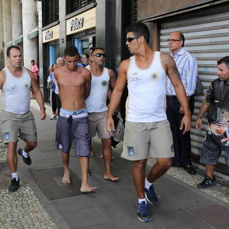 Homem é levado detido por Guardas Municipais em Copacabana: outro rapaz foi capturado acusado de roubar mochila Foto: Carlos Ivan / Agência O Globo