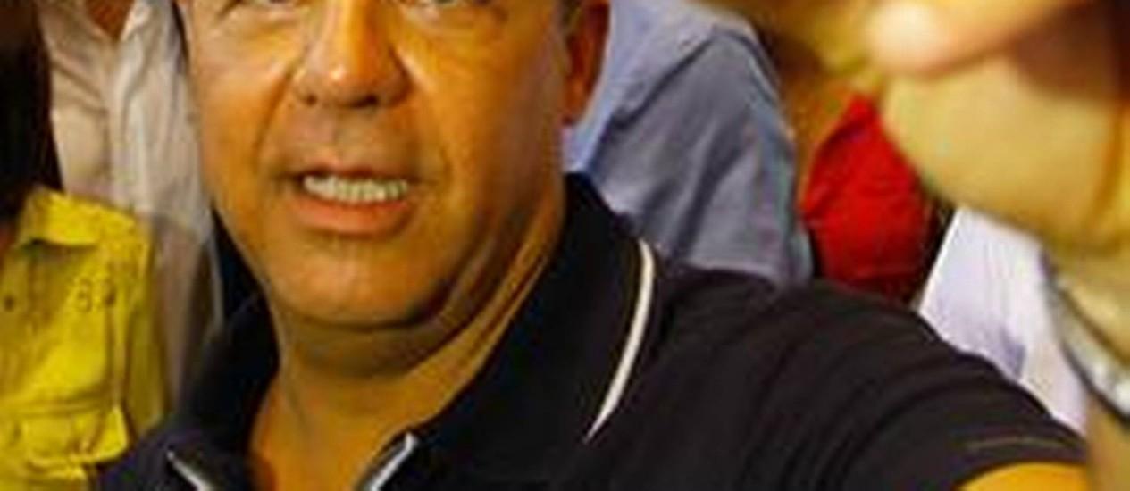 Sérgio Cabral tira foto com celular durante evento no Complexo do Alemão Foto: Pedro Kirilos / O Globo