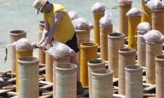 Fogueteiro monta o material que será usado no réveillon de Copacabana Foto: Gustavo Miranda / Agência O Globo