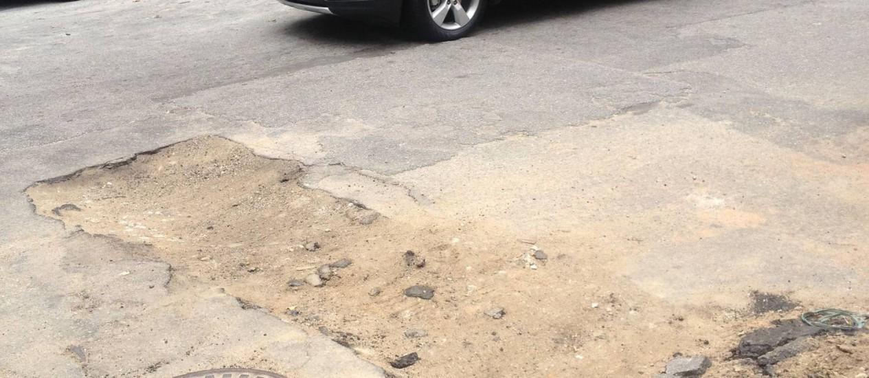 Rua Gastão Bahiana com o asfalto quebrado após obra da Cedae - Foto: Leitor Antonio Guimarães / Eu-Repórter