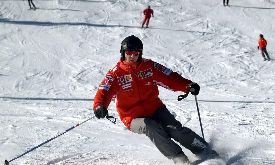 Nesta foto de arquivo, de janeiro, o ex-piloto Michael Schumacher esquia em um resort no Norte da Itália Foto: STRINGER / Reuters