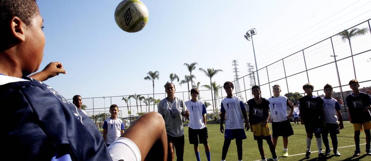 Futebol é uma das modalidades esportivas mais disputadas no Parque de Madureira Foto: Custódio Coimbra / O Globo