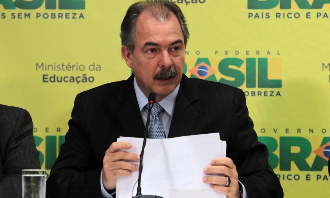 Preocupação. O ministro Aloizio Mercadante diz temer falta de dinheiro Foto: Givaldo Barbosa/5-8-2013 / Agência O Globo