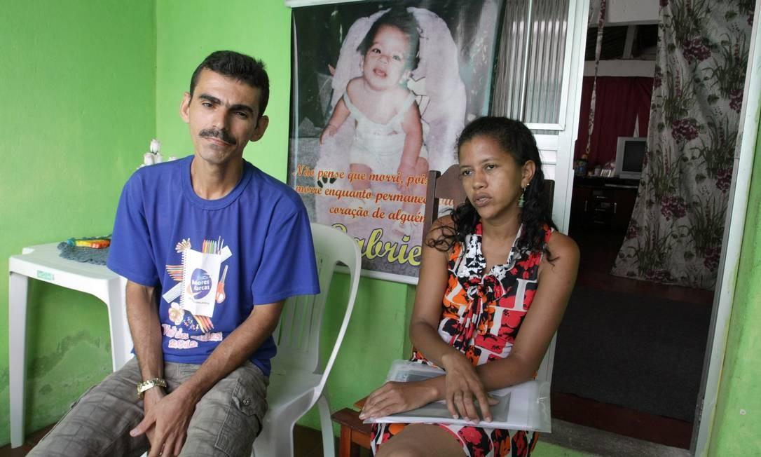 Dantas e Miranilda perderam o bebê Gabriel de 8 meses por erro médico e lutam por reparo na Justiça desde 2002, mas sentença ainda não foi executada Foto: Hans von Manteuffel / O Globo