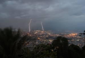 Raios atingem a cidade do Rio no início da noite desta segunda Foto: Foto do leitor Marcos Estrella / Eu-Repórter
