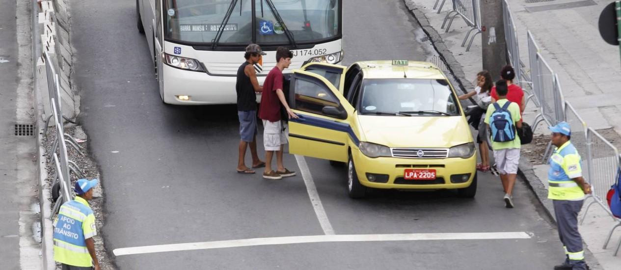 Passageiros são abordados por grupos que oferecem transporte pirata na Rodoviária Novo Rio Foto: Custódio Coimbra / Agência O Globo