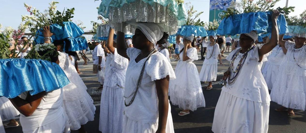 Procissão com oferendas para Yemanjá no último fim de semana do ano, na praia de Copacabana: mais religião, menos depressão. Foto: Daniela Dacorso / Agência O Globo