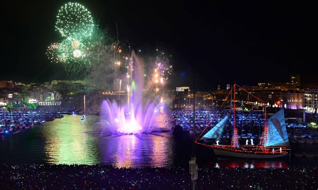 No Vieux Port, em Marselha, show pirotécnico marca a passagem de ano Foto: ANNE-CHRISTINE POUJOULAT / AFP