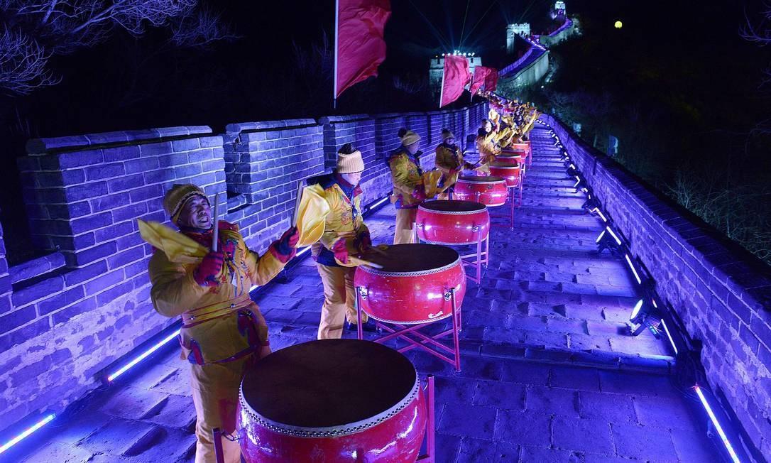 Na China, show de percussão na Grande Muralha Foto: WANG ZHAO / AFP