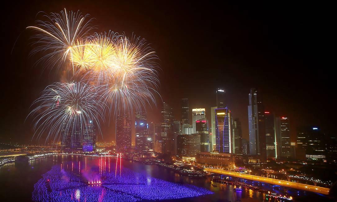 No distrito financeiro de Cingapura, fogos iluminam o céu Foto: Wong Maye-E / AP
