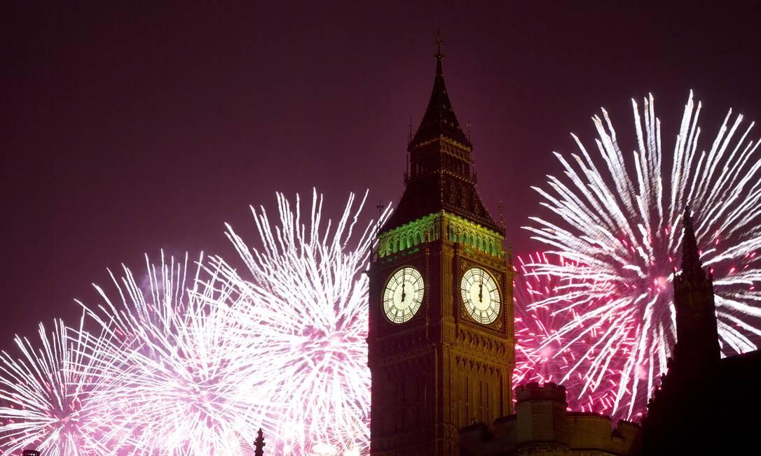 Fogos de artifício explodem sobre as Casas do Parlamento londrino, incluindo o Big Ben Foto: Alastair Grant / AP