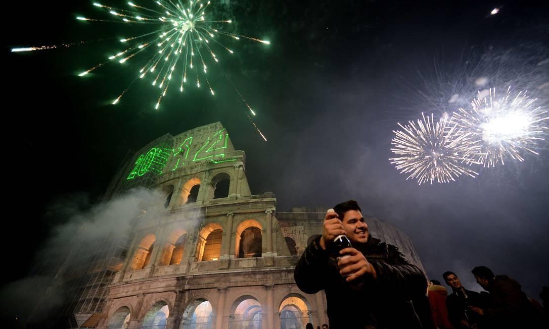 Pessoas celebram o ano novo em frente aoColiseu em Roma Foto: FILIPPO MONTEFORTE / AFP