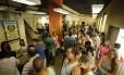 Turistas aguardam para registrar furtos e procurar documentos na 12ª DP