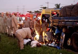 Bombeiros prestam socorro a uma vítima de acidente na Via Dutra Foto: Gustavo Stephan / Arquivo/ O Globo