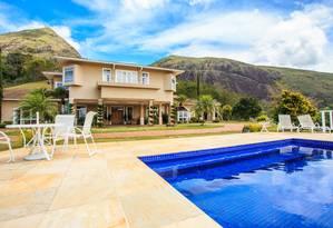 Com vista para as montanhas, a casa em Itaipava tem 869 metros quadrados de área construída e costuma ser alugada por um mês. O valor? R$ 30 mil Foto: Divulgação/ Judice & Araújo