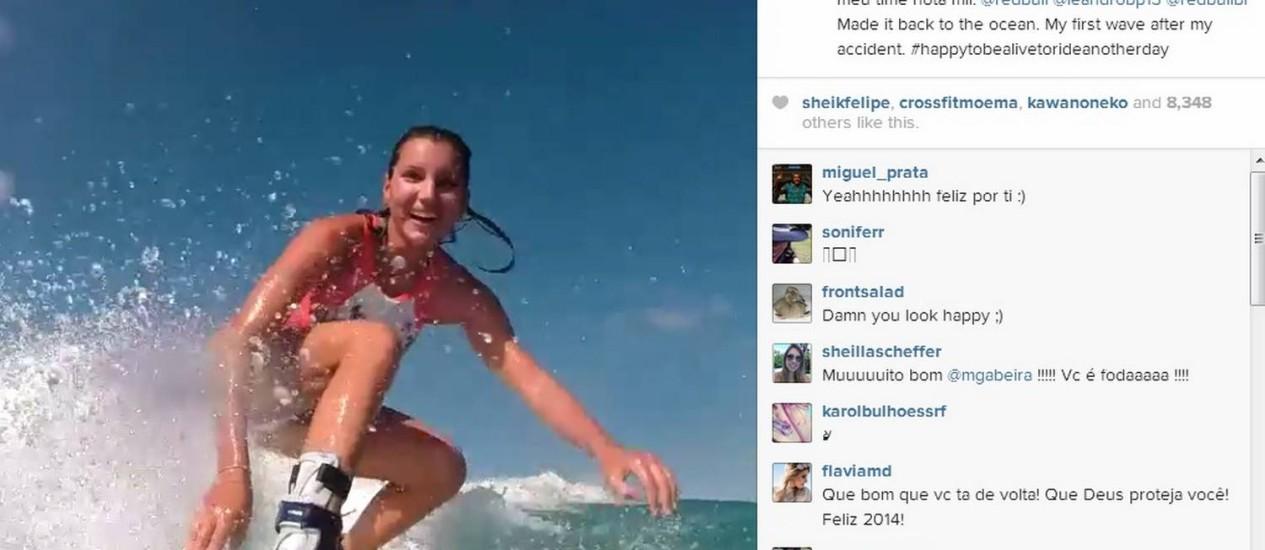Maya Gabeira surfando pela primeira vez desde o acidente em Nazaré. A surfista ainda está usando uma proteção no tornozelo direito Foto: Instagram de Maya Gabeira / Reprodução
