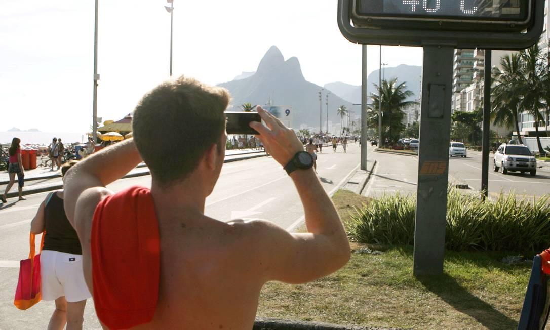 De acordo com o Instituto Climatempo, a temperatura oficial chegou a 40,3 graus na Vila Militar, na Zona Oeste do Rio Foto: Luiz Ackermann/Agência O Globo
