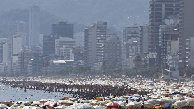 Um mar de guarda-sóis e barracas na Praia do Arpoador Foto: Guito Moreto / Agência O Globo